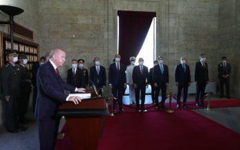 Cumhurbaşkanı Erdoğan, Yüksek Askerî Şûra üyeleriyle birlikte Anıtkabir'i ziyaret etti