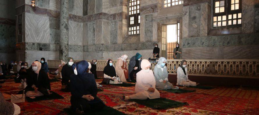Emine Erdoğan, 86 yıl sonra ibadete açılan Ayasofya-i Kebir Cami-i Şerifi'ndeki Cuma namazına iştirak etti