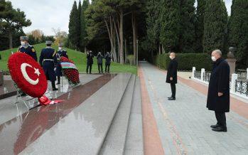 Cumhurbaşkanı Erdoğan, Bakü'de Azerbaycan millî lideri Haydar Aliyev'in kabri ile Türk ve Azerbaycan şehitliklerini ziyaret etti