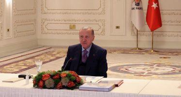 """Cumhurbaşkanı Erdoğan, """"81 ilden 560 gençle En Uzun İftar Sofrası"""" programına, Vahdettin Köşkü'nden video konferans aracılığıyla bağlandı."""