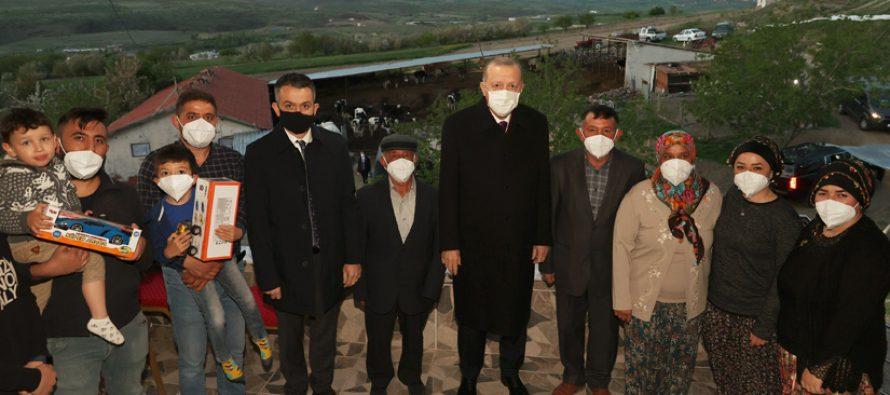Cumhurbaşkanı Erdoğan, Ankara'da hayvancılıkla uğraşan Bekir Dikmen ve ailesiyle iftar yaptı