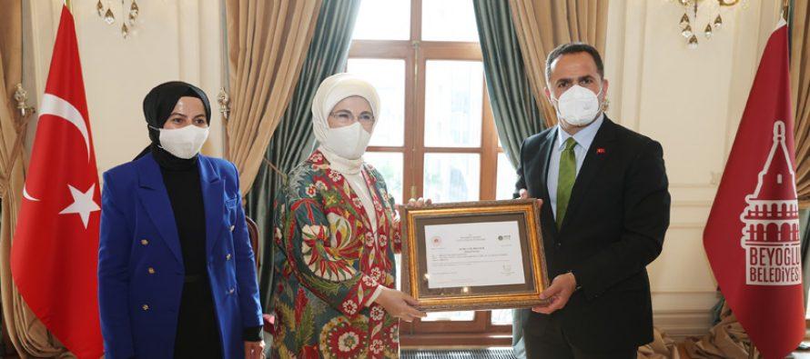Emine Erdoğan, Beyoğlu'nda atık malzemelerden üretilen ürünlerin yer aldığı serginin açılışını yaptı