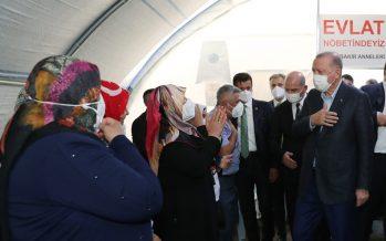 Cumhurbaşkanı Erdoğan, evlat nöbeti tutan Diyarbakır Anneleri'ni ziyaret etti